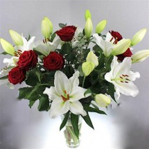Bouquet de lys blanc & Roses Rouges